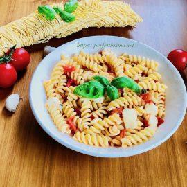 Pasta with cherry tomatoes and mozzarella