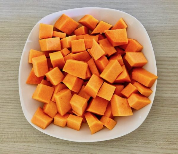 Cut the pumpkin, previously peeled, into large cubes.