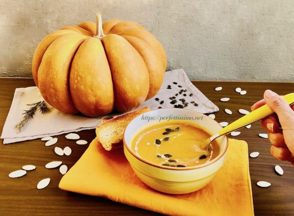 Serve the soup hot. It can be garnished with croutons, peeled pumpkin seeds, cream or cheese.