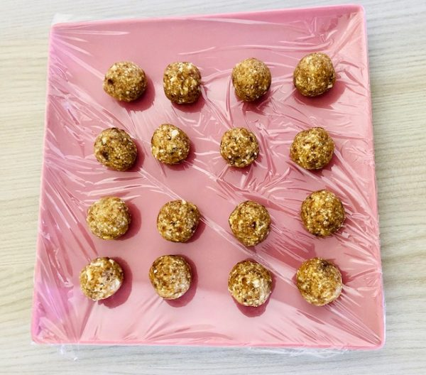 Shape the mixture into small balls (about 15 grams each). Approximately 16-17 balls are obtained. Arrange them on a plate.