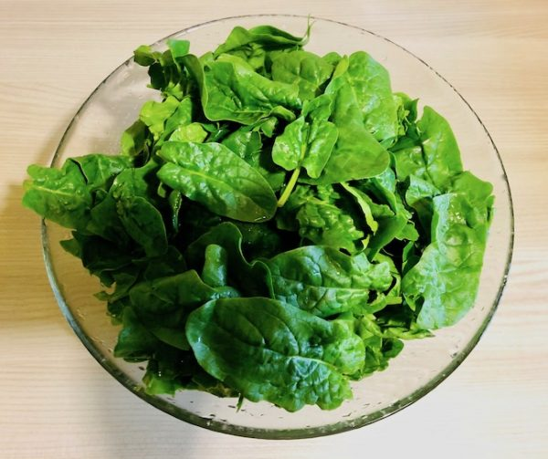 Wash and squeeze the spinach from the water in exceed.
