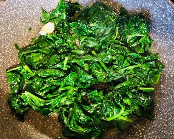 After about 3-4 minutes, remove the lid and mix the spinach. Leave it on the fire for another 2-3 minutes. Add salt and black pepper (optional) to taste.