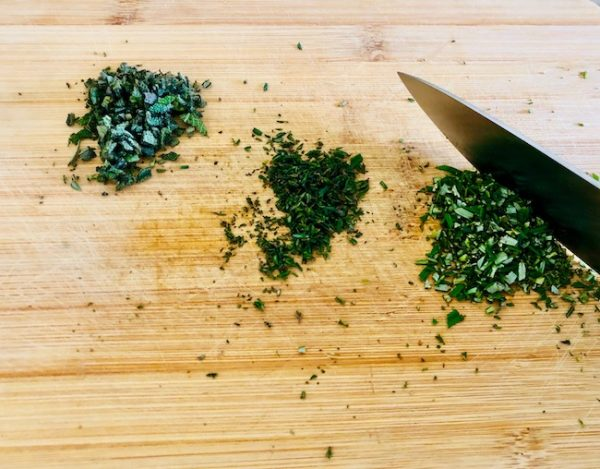 Wash, dry and finely chop the leaves of the fresh herbs (rosemary, sage, thyme). Add to the pumpkin.