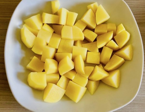 Peel, wash and cut the potatoes into cubes.